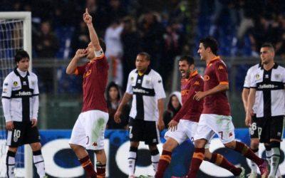 L'AS Roma batte il Parma e raggiunge in classifica la Lazio, sconfitta con il Torino e l'Inter che dovrà recuperare la gara contro la Samp
