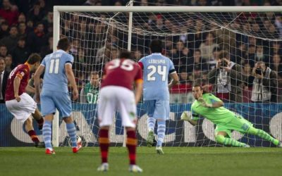 Nel Derby tra Roma e Lazio finisce 1 a 1 con un altro record di Totti. Ma fuori lo Stadio la vergogna più assoluta. 8 feriti nella guerriglia