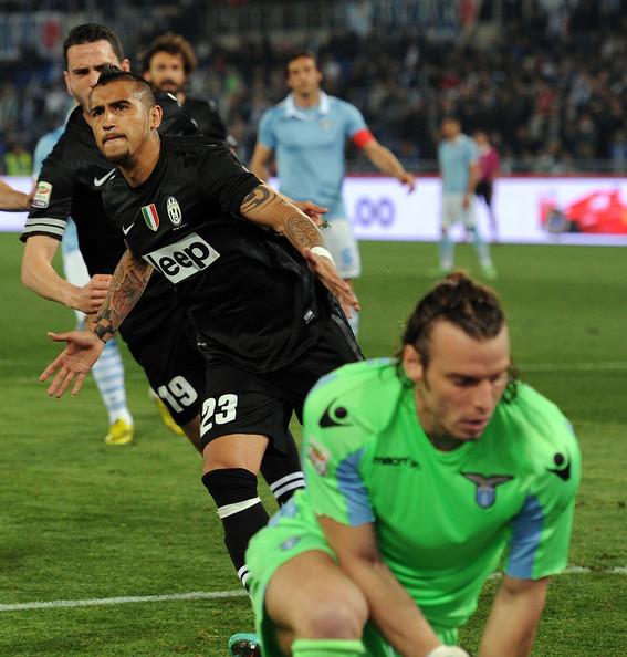 La Juventus stende la Lazio nel posticipo della 32° giornata di Serie A. Due gol di Vidal tengono a distanza il Napoli. I Biancocelesti lontani dall'Europa League