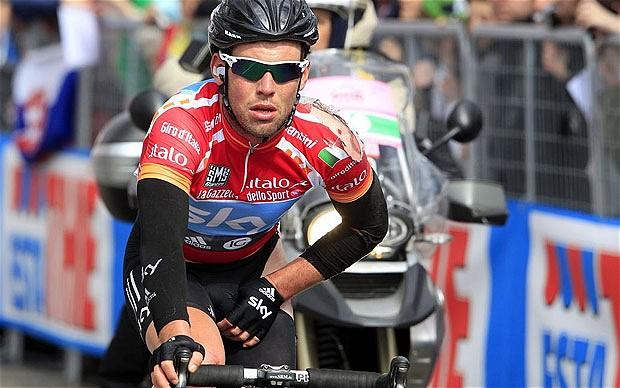 Al Giro d'Italia, nella prima tappa a Napoli,  vince Cavendish in volata. Battuto Elia Viviani
