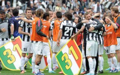 In Serie A la Juventus chiude i conti e conquista il suo 29° Scudetto.. in campo spunta il n 31.. dimostrazione di poca cultura sportiva… Il Milan in extremis batte il Toro e allunga per la Champions League