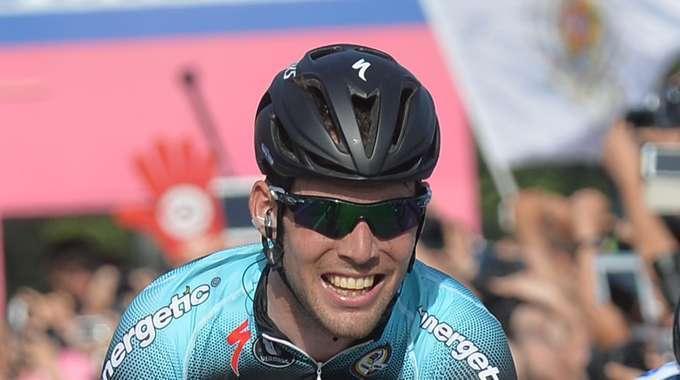 La sesta tappa del Giro d'Italia, da Mola di Bari a Margherita di Savoia la vince Cavendish. Paolini sempre Maglia Rosa