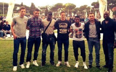 AS ROMA – I giocatori di Roma e Lazio insieme al Foro Italico per gli Internazionali d'Italia. E' già Derby, ma con un clima disteso e rilassato