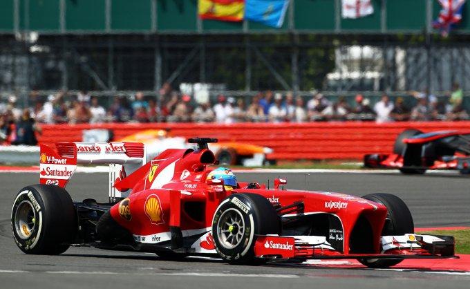 FORMULA 1 –  A Silverstone succede di tutto: gomme che scoppiano, Safety Car, Vettel rompe e sorpassi fino all'ultimo giro. Alla fine vince Rosberg e Alonso conquista il terzo posto
