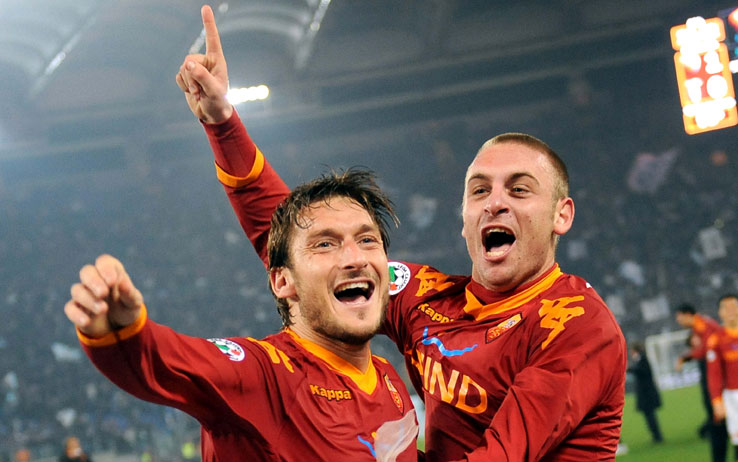 """AS ROMA NEWS – Francesco Totti lancia un messaggio a De Rossi: """"Daniè, te stai a invecchià… resta con noi così vinciamo qualcosa di bello insieme!"""""""