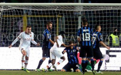 AS ROMA NEWS – Pareggio a Bergamo ancora con polemiche. Solo dopo il gol subito si vede una grande Roma, ma non basta